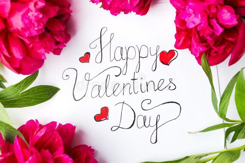 Glückliche Valentinsgrußtageskarte mit roten Rosen auf Weiß lizenzfreies stockfoto