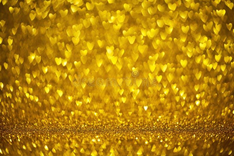 Glückliche Valentinstaggrußkarten-Gold-bokeh Formherzen Liebestagesdekoration mit defocused unscharfem goldenem Hintergrund stockbilder