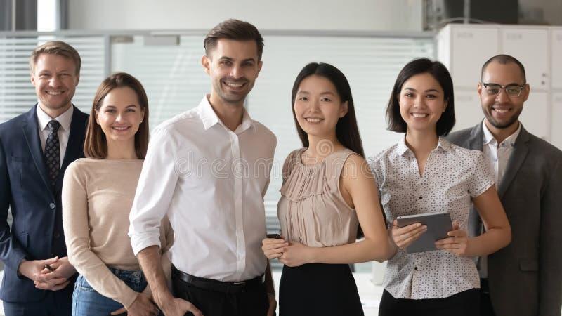 Glückliche verschiedene Berufsführer, die Kamerastand mit Angestellten betrachten stockbilder