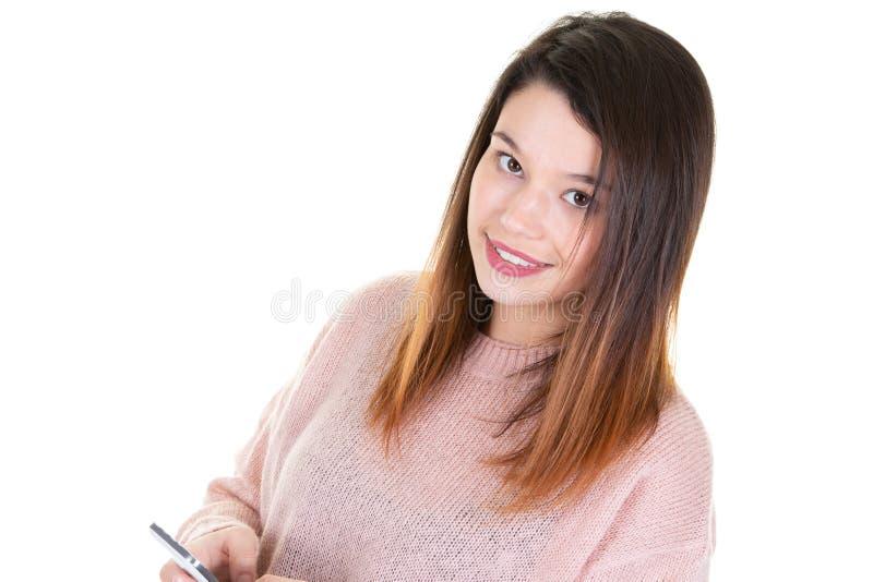 Glückliche Versenden von SMS-Nachrichten der jungen Frau am Handy lizenzfreie stockbilder