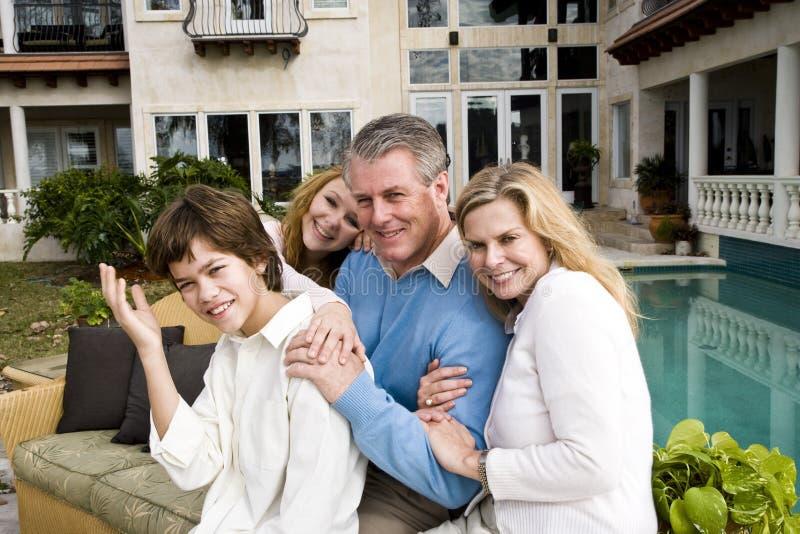 Glückliche vierköpfige Familie lizenzfreie stockbilder