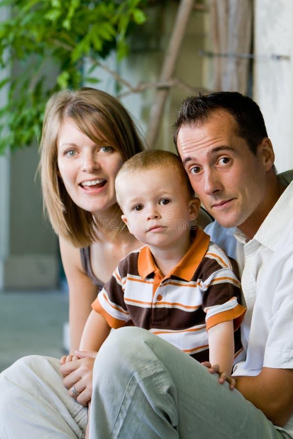 Glückliche vollkommene junge Familie stockfotografie