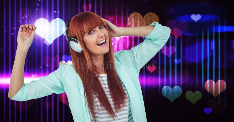 Glückliche weibliche hörende Lieder auf Kopfhörern mit Herzen formt in Hintergrund lizenzfreie stockfotos