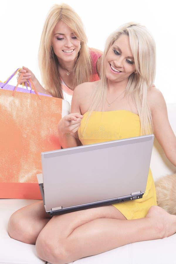 Glückliche weibliche Käufer, die - lokalisiert über a lächeln lizenzfreie stockfotos