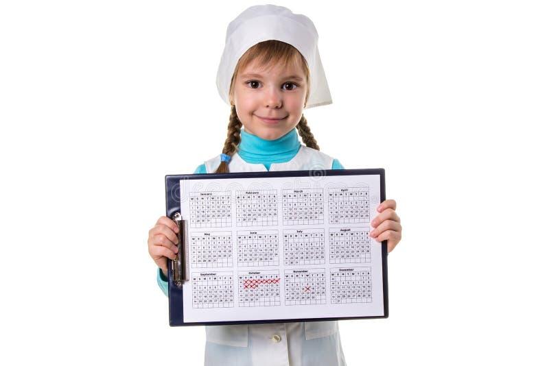 Glückliche weibliche Krankenschwester, die den Kalender vor, Landschaftsweißen Hintergrund hält stockfotos