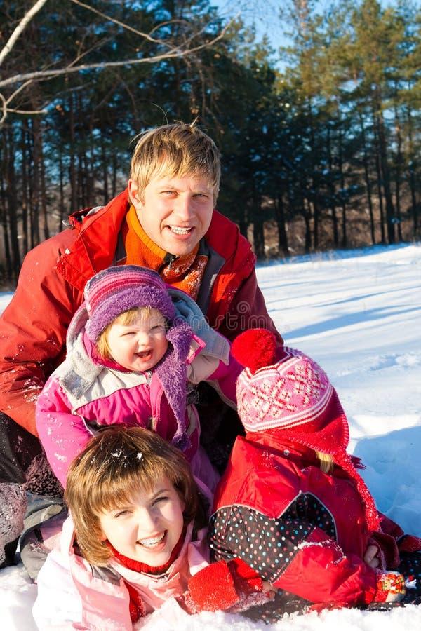 Glückliche Winterfamilie stockbilder
