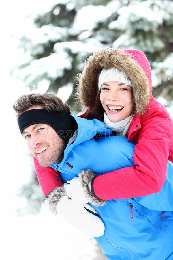 Glückliche Winterpaare stockfotos
