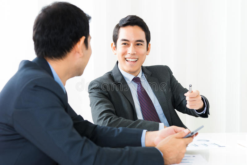 Glückliche Wirtschaftler in der Sitzung lizenzfreie stockfotos