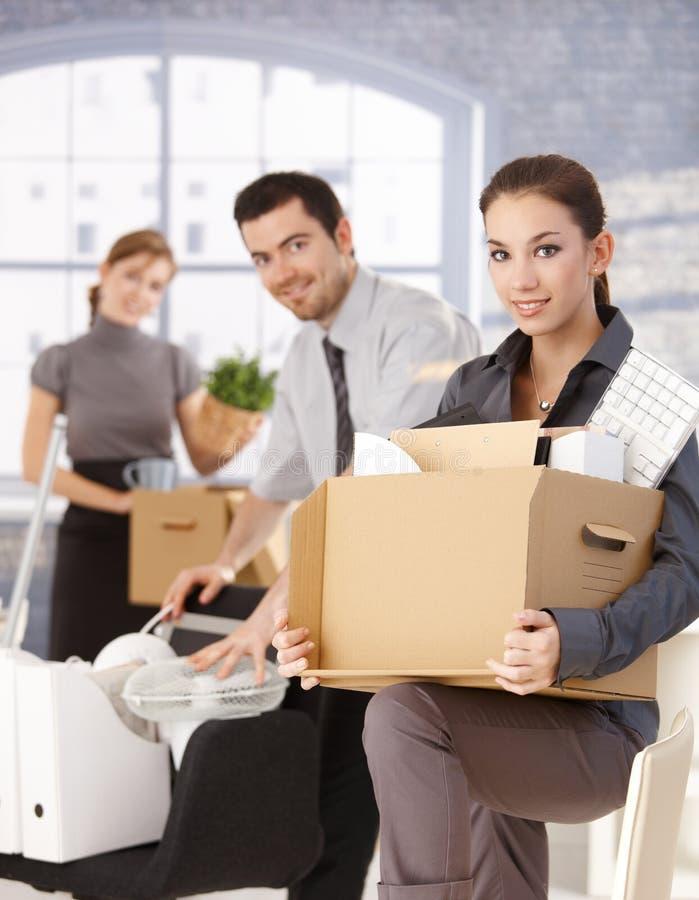 Glückliche Wirtschaftler, die auf neues Büro umziehen lizenzfreie stockfotos