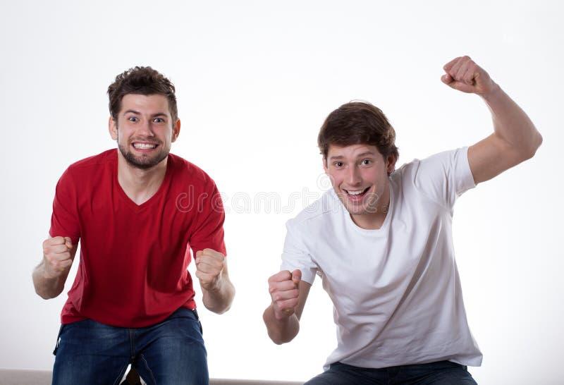 Glückliche zujubelnde Männer stockfoto