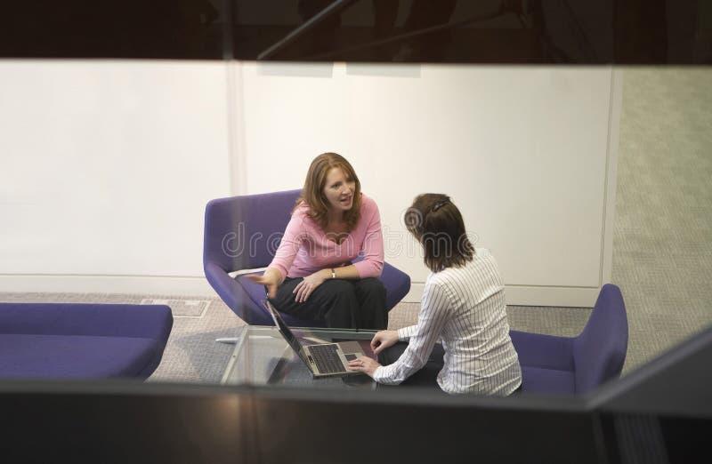 Glückliche zwei Geschäftsfrau in einem Geschäftstreffen lizenzfreie stockfotografie