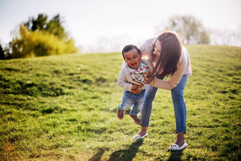 Glückliche zwischen verschiedenen Rassen Familie lizenzfreies stockbild