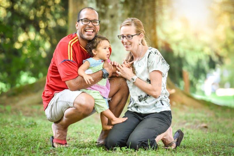 Glückliche zwischen verschiedenen Rassen Familie genießt einen Tag im Park stockfotografie