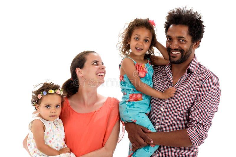 Glückliche zwischen verschiedenen Rassen Familie lokalisiert auf Weiß stockbilder