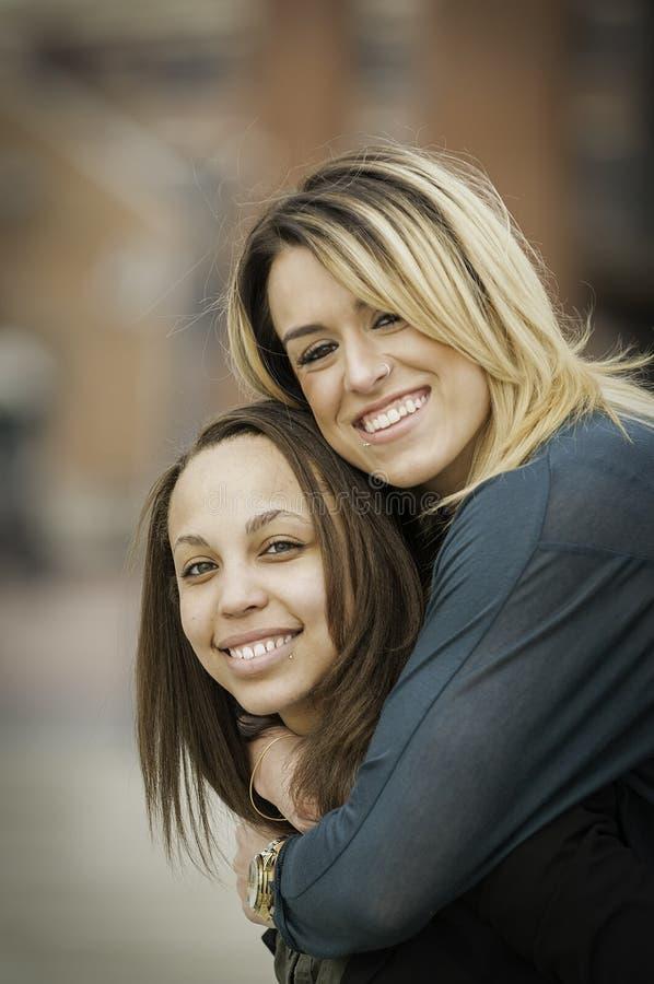 Glückliche zwischen verschiedenen Rassen Frauen stockbild