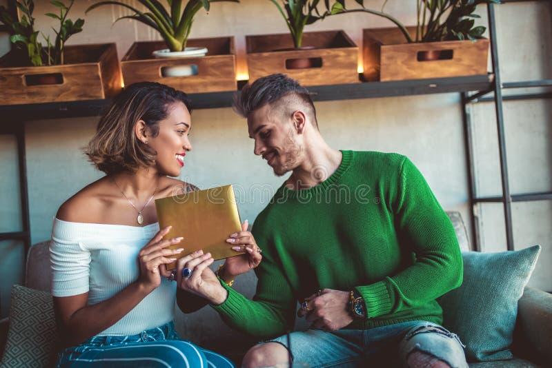 Glückliche zwischen verschiedenen Rassen Paare, die in der Caféstange sitzen stockfotografie