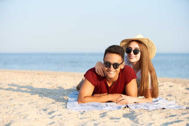 Gl?ckliche zwischen verschiedenen Rassen Paarjungverm?hlten liegen in der Sonne auf tropischem Reisestandort Freund und Freundin  stockfoto