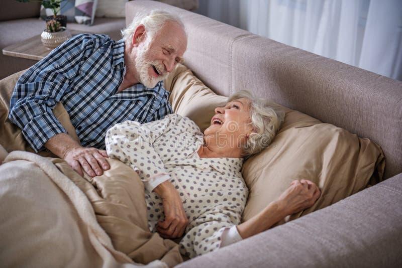 Glücklicher älterer aufwachende Mann und Frau stockfotos