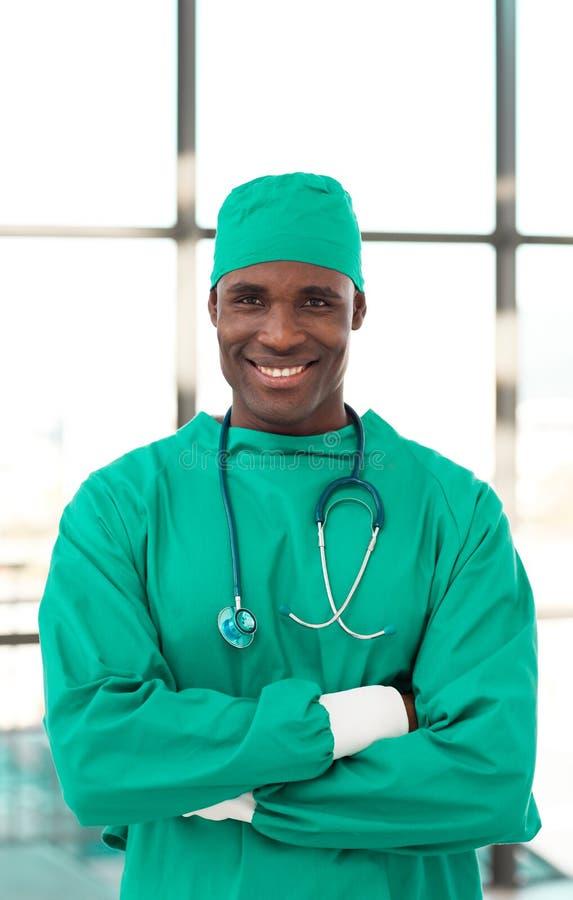 Glücklicher älterer Chirurg lizenzfreie stockfotografie