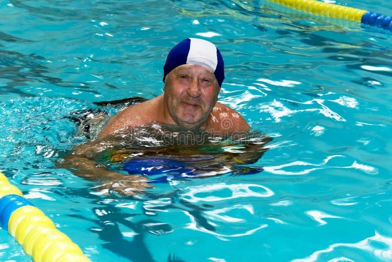 Glücklicher Älterer im Schwimmbad stockfotos