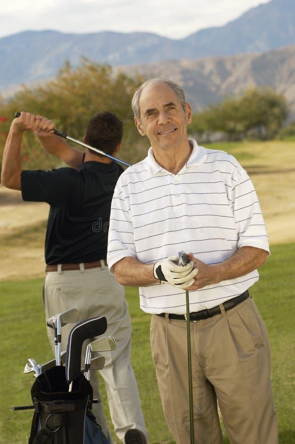 Glücklicher älterer männlicher Golfspieler stockbilder