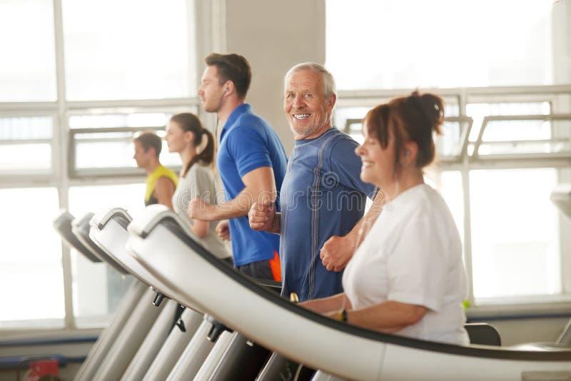 Glücklicher älterer Mann, der seine Zeit im Fitness-Club genießt lizenzfreie stockfotos
