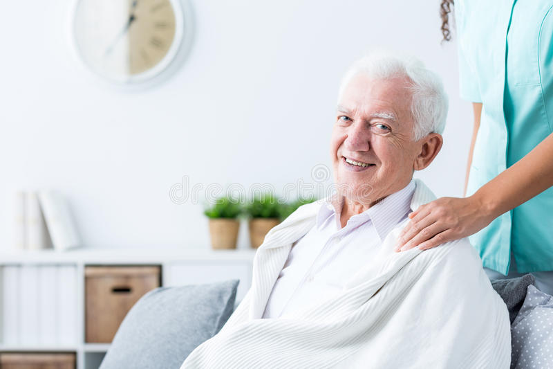 Glücklicher älterer Mann am Pflegeheim stockfotografie
