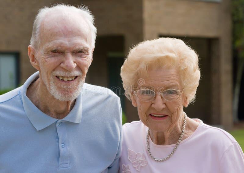 Glücklicher älterer Mann und Frau stockfotografie