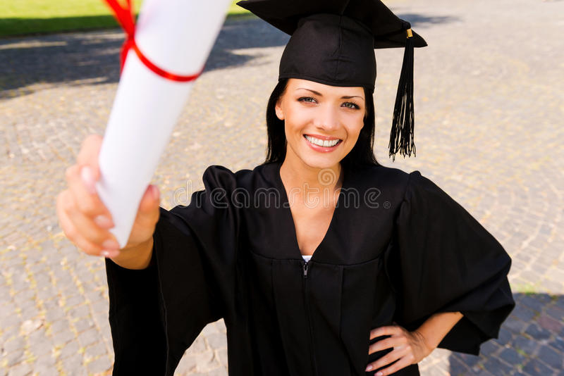 Glücklicher Absolvent mit Diplom lizenzfreies stockbild