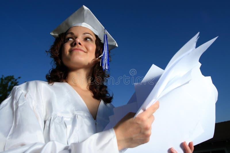 Glücklicher Absolvent mit Papieren stockbilder