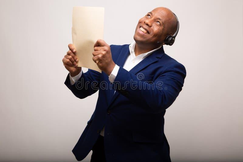 Glücklicher Afroamerikaner-Geschäftsmann Holds Up File stockbild