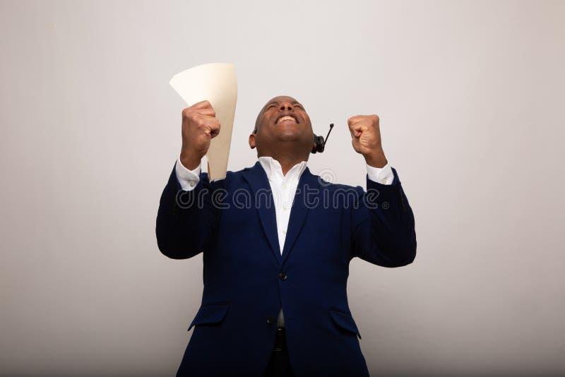 Glücklicher Afroamerikaner-Geschäftsmann Holds Up File lizenzfreie stockfotos