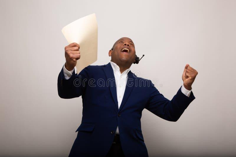 Glücklicher Afroamerikaner-Geschäftsmann Holds Up File lizenzfreie stockbilder