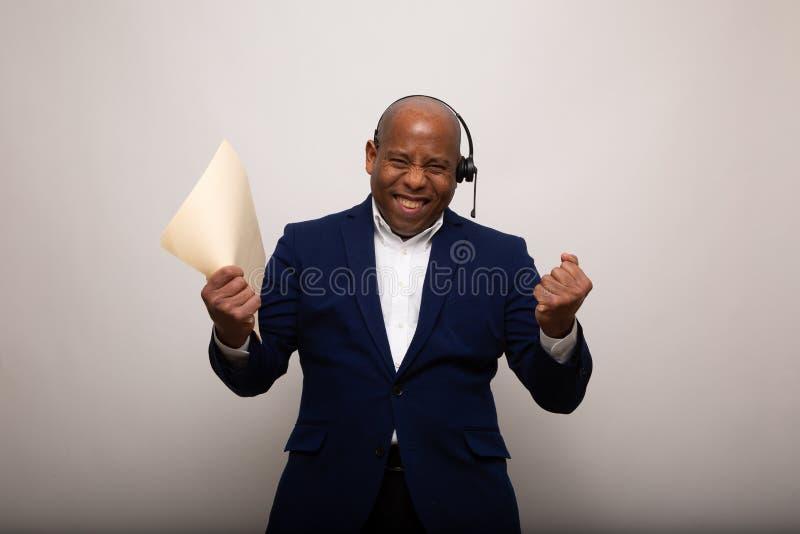 Glücklicher Afroamerikaner-Geschäftsmann Holds Up File stockfoto