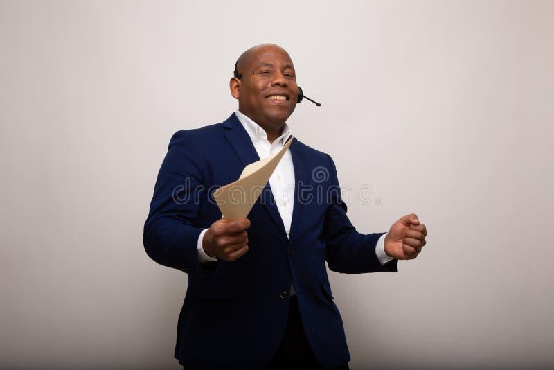 Glücklicher Afroamerikaner-Geschäftsmann Holds Up File stockfotografie
