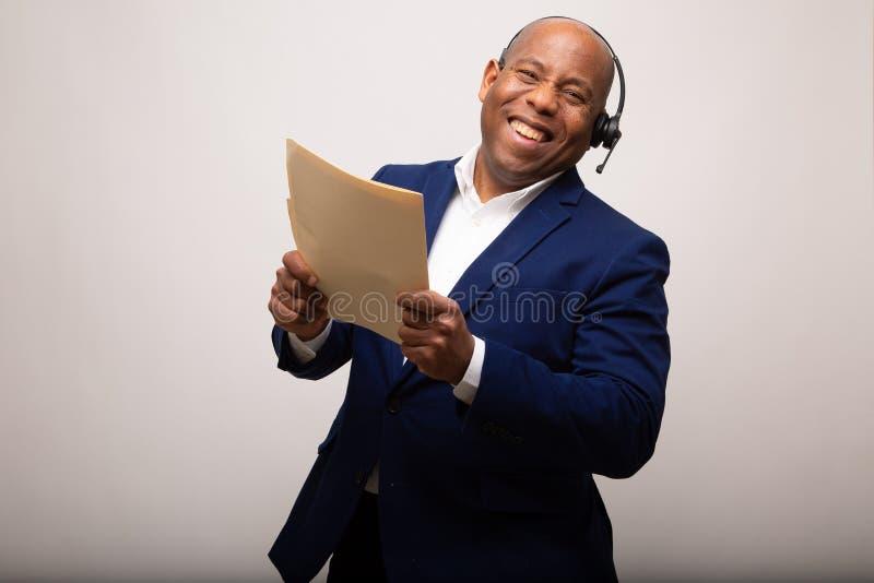Glücklicher Afroamerikaner-Geschäftsmann Holds Up File lizenzfreies stockfoto