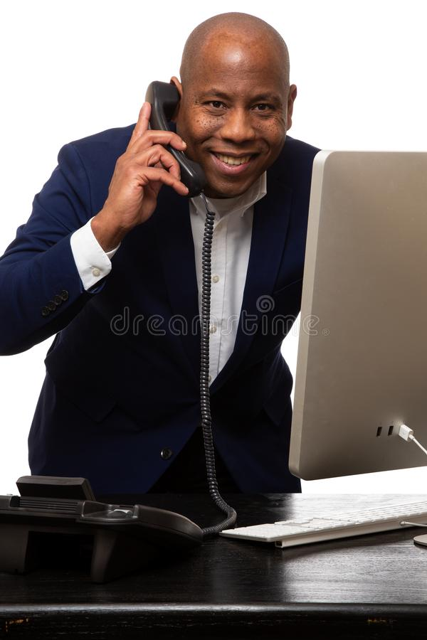 Glücklicher Afroamerikaner-Geschäftsmann Listens On Phone lizenzfreie stockfotos