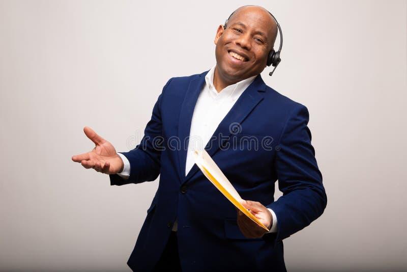 Glücklicher Afroamerikaner-Geschäftsmann With Smile und offene Arme lizenzfreie stockbilder