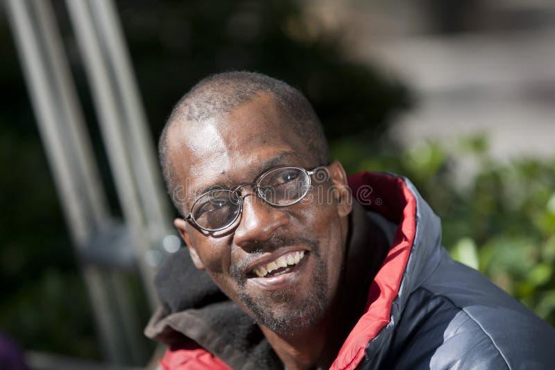 Glücklicher Afroamerikaner-Mann stockfoto