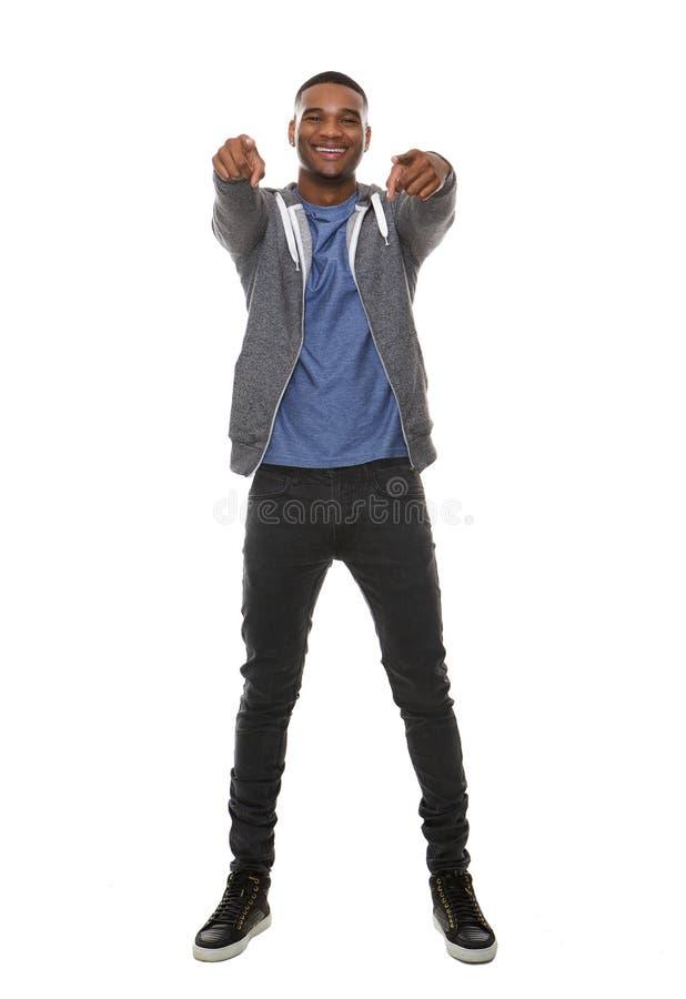 Glücklicher Afroamerikanermann, der Finger zeigt lizenzfreies stockfoto