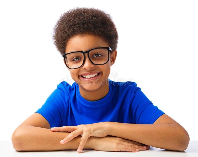 Glücklicher Afroamerikanerschuljunge lizenzfreie stockfotos