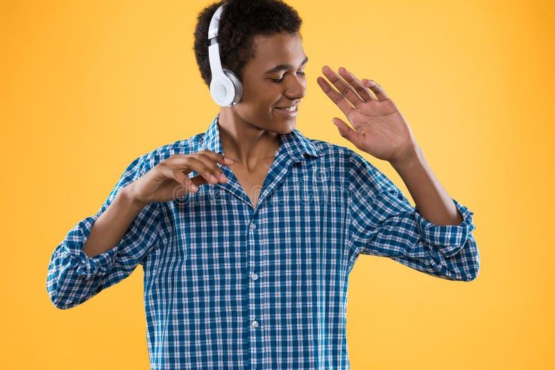 Glücklicher afroer-amerikanisch Jugendlicher beim Kopfhörertanzen stockfoto