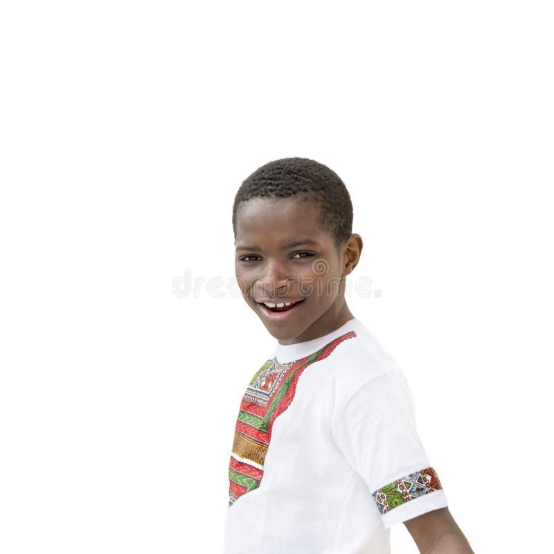 Glücklicher Afrojunge, der, zehn Jahre alt lächelt lizenzfreies stockfoto