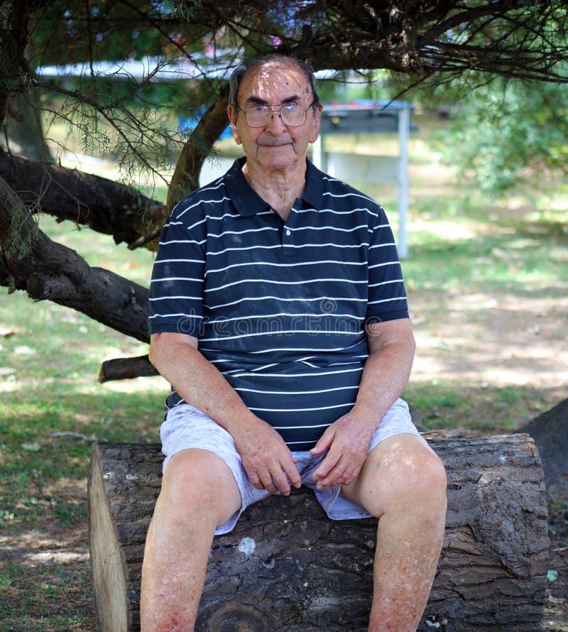 Glücklicher alter Großvater, der das Leben, mit großem Lächeln, großen Gläsern und überzeugtem abuelo genießt stockfoto
