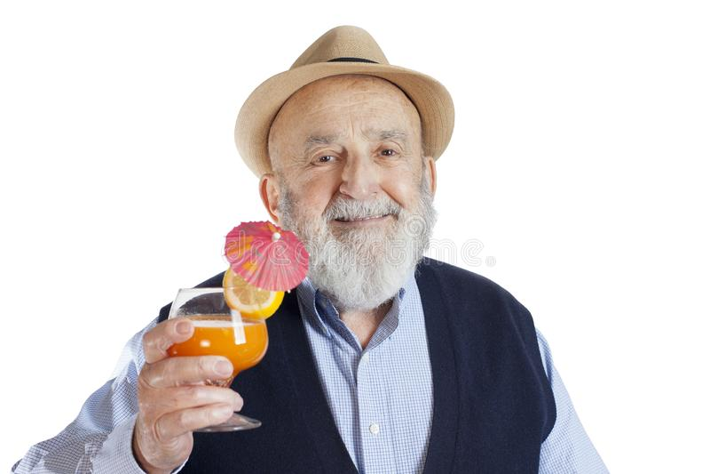 glücklicher alter Mann, der mit einem Cocktailgetränk lokalisiert auf weißem Hintergrund feiert lizenzfreie stockbilder