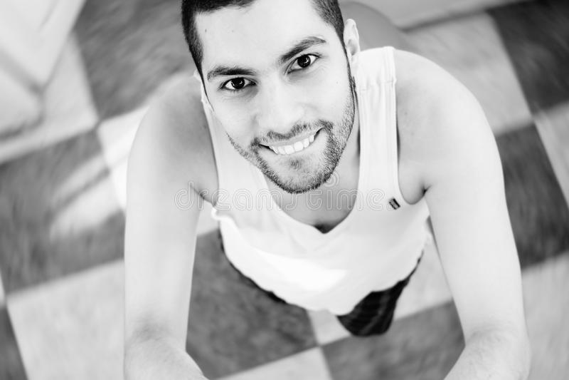 Glücklicher arabischer junger Geschäftsmann, der selfie mit Bewegung nimmt lizenzfreies stockfoto