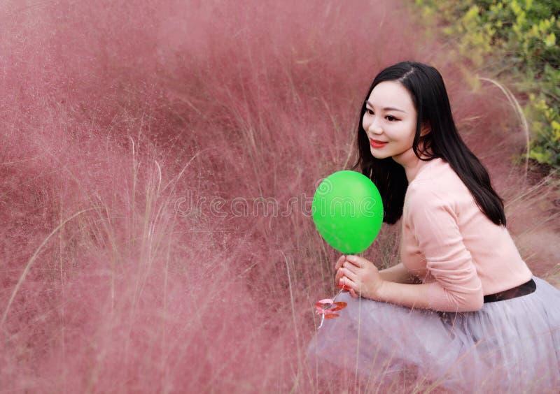 Glücklicher asiatischer Chinesinmädchengefühl-Freiheitstraum, Blumenfeld-Herbstfallparkgrasrasen-Hoffnungsnatur zu beten las Buch stockfotografie