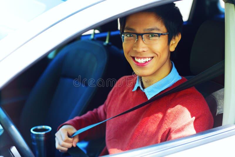 Glücklicher asiatischer Mann in seinem Neuwagen lizenzfreie stockbilder