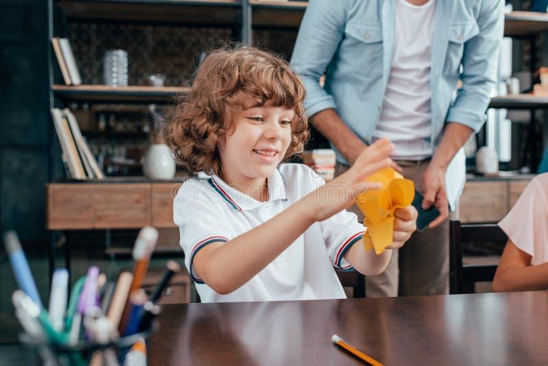 glücklicher aufgeregter zerknitternder Schüler stockfotos