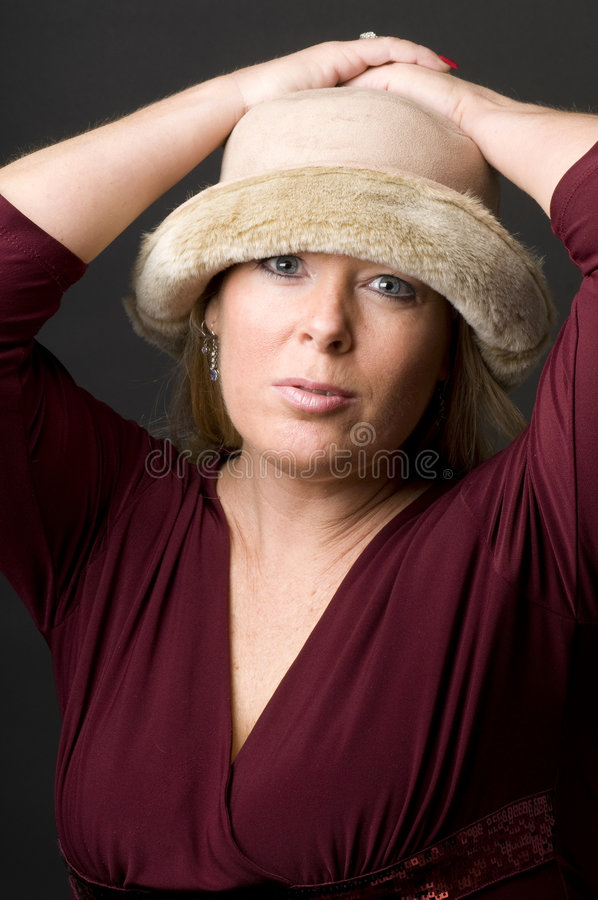 Glücklicher Ausdruck der hübschen Mittelalterfrau lizenzfreie stockfotos